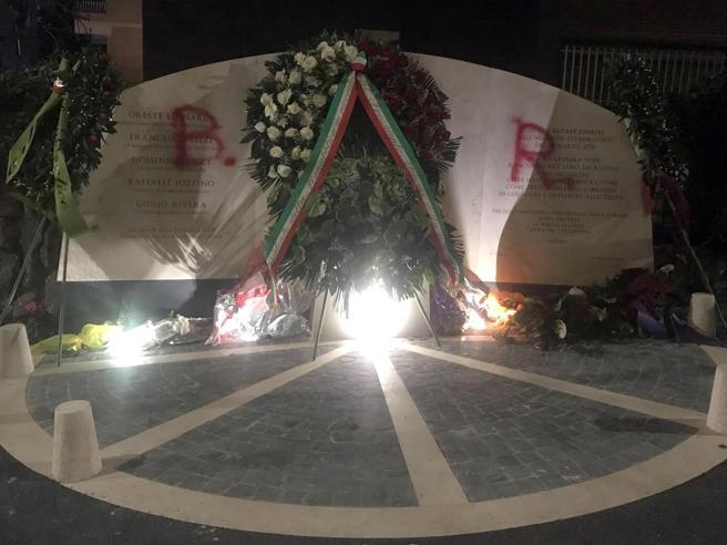 Via Fani, ancora imbrattato il monumento in memoriadella s