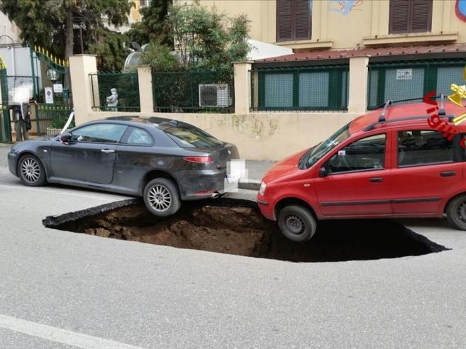 Roma,  voragine in strada: due auto in bilico, chiusa l'Appi