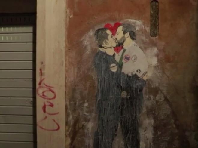 Murales a Roma: il    bacio Salvini e Di Maio, Meloni e  'san' Totti Video