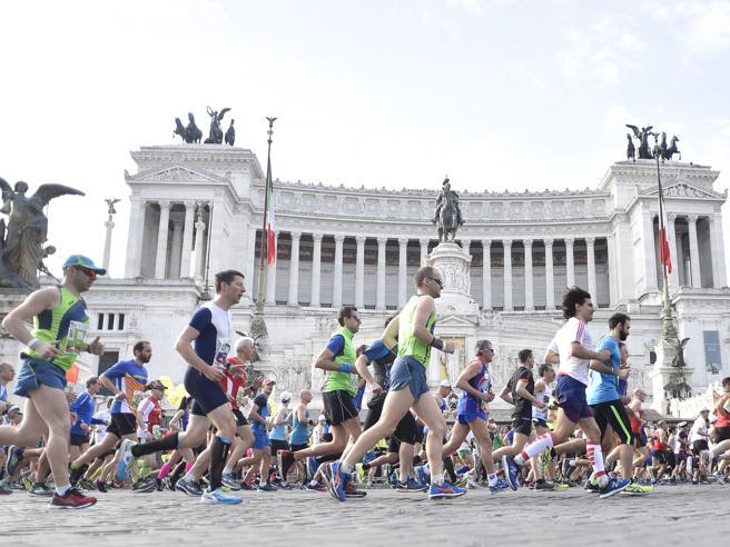 Maratona di Roma, tra strade chiuse e massima allerta. Vince il keniota Birech