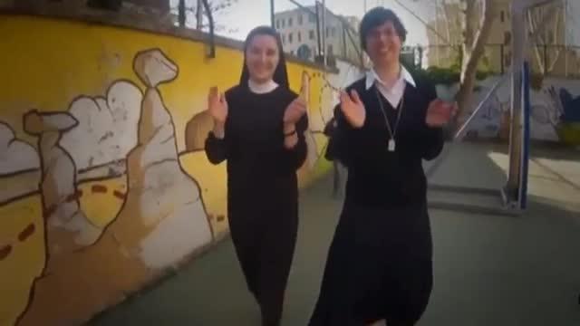 Preti e suore sulle note di «Happy» per i papi-santi
