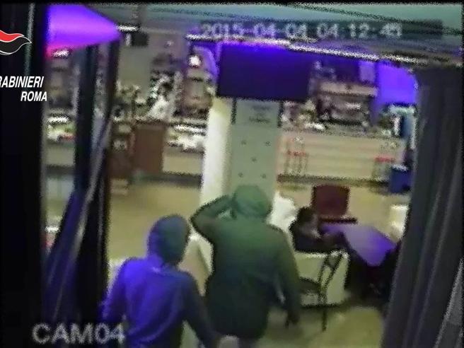 Pestarono ragazzo di 26 anni, identificati grazie al video choc