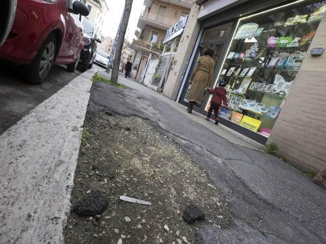 Roma, la  strada record di buche: ogni giorno qualcuno cade|video
