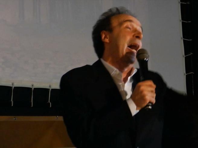 Benigni ricorda Massimo Troisi recitando la poesia scritta per lui