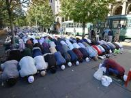 Preghiera in strada dei musulmani contro la chiusura delle moschee