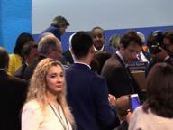 Fao: Renzi scende dal palco per stringere la mano a Virginia Raggi