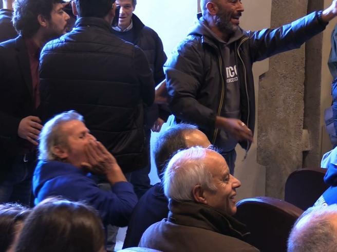 Roma, si vota sul referendum: zuffa al comune. I vigili in aula  Video
