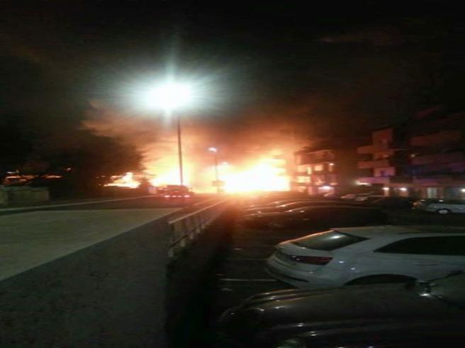 Autobus dell'Atacin fiamme fra i palazzi di Roma, terrore nella notte Video|Immagini