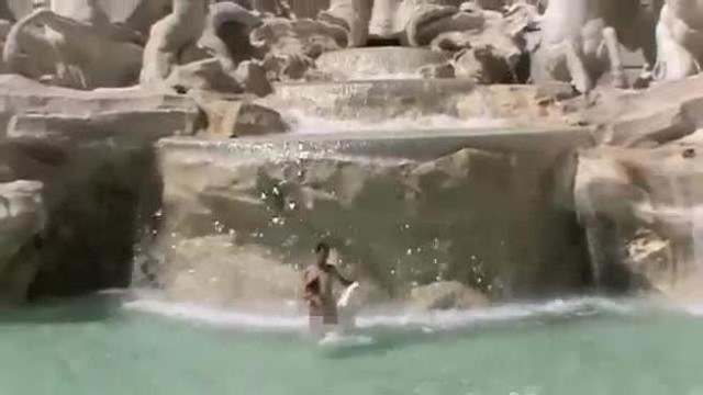 Roma: fa il bagno nudo nella fontana di trevi. turista spagnolo