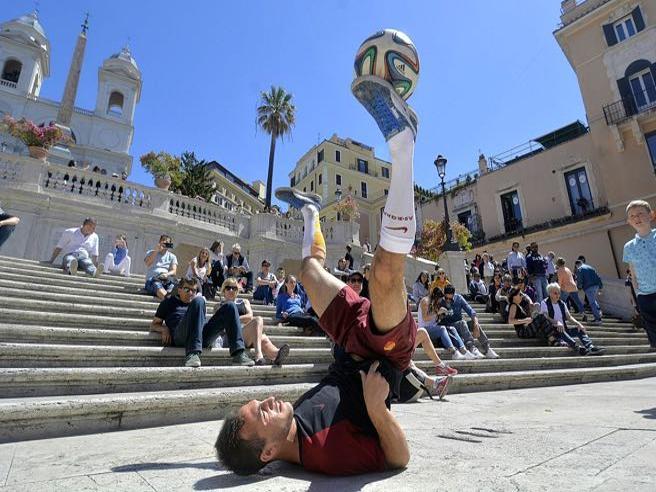 Turisti cafoni a Roma: si gioca a pallone, si bivacca, si prende il sole sui monumenti Video