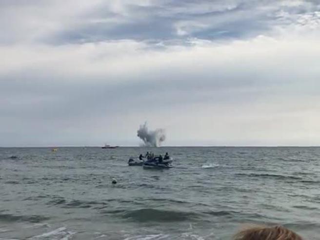 Aereo Eurofighter precipita in mare durante l'Air Show: il video dello schianto. Chi era Gabriele Orlandi, top gun italiano