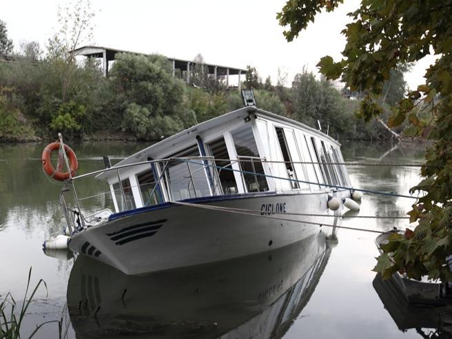 In gita sul Tevere, ma la motonave si rovescia sul fiume Il video