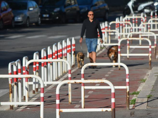 Roma:  la pista ciclabile  a ostacoli Guarda il video|Le immagini