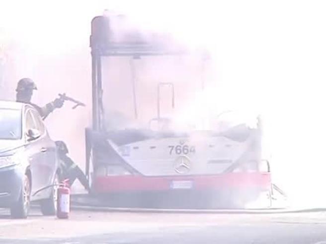 Bus  dell'Atac in fiamme a San Pietro, la nube nera oscura il Cupolone|Video