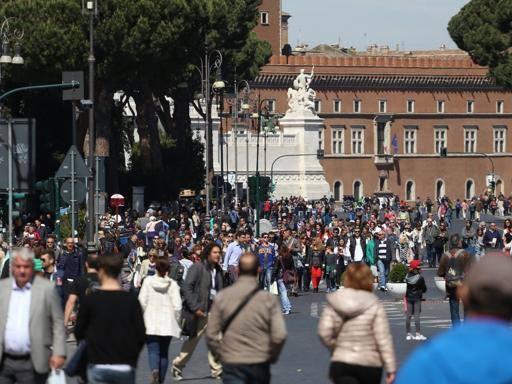 Pasqua, lo strano boom del turismo: presenze record, consumi in calo