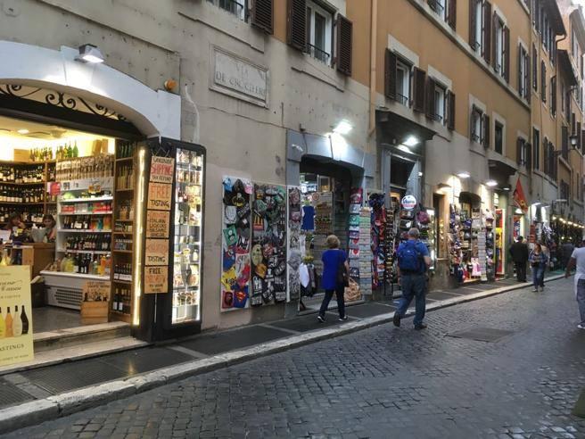 Roma centro proibito stop a minimarket negozi suk e for Negozi di arredamento catania